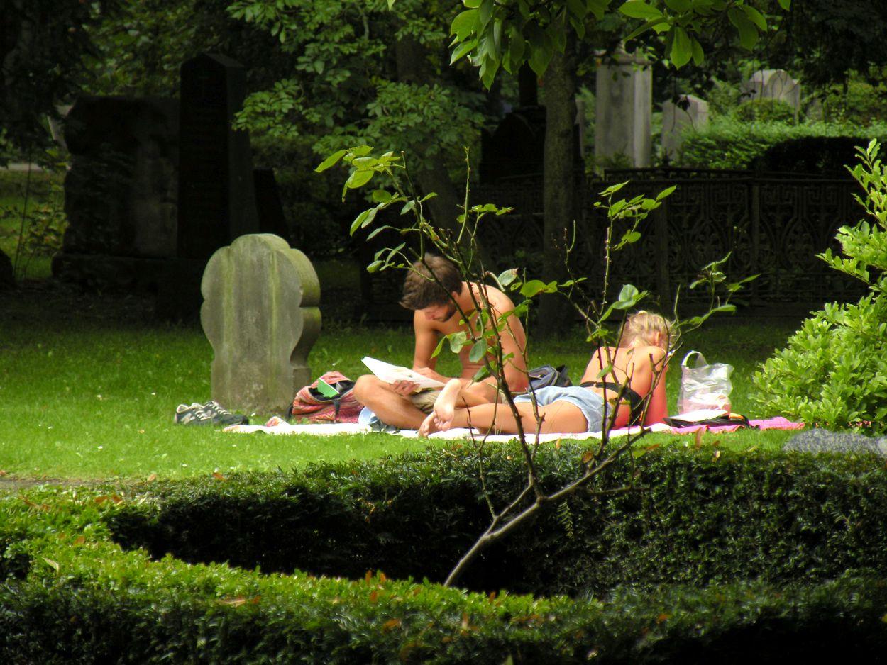 Afbeelding van Zonnebaden op een begraafplaats is in Denemarken doodnormaal