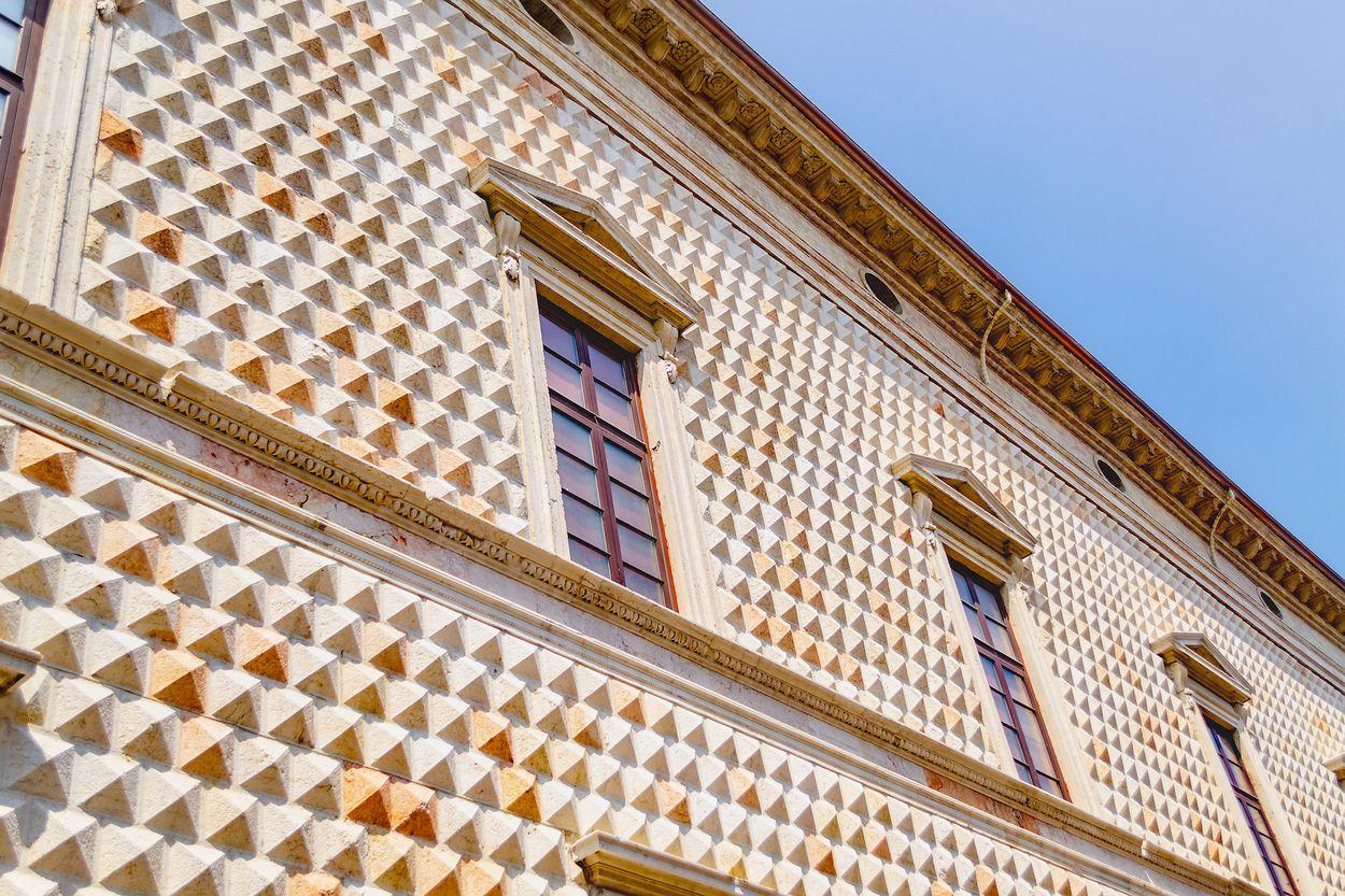 palazzo-diamanti-Stefy Morelli : Shutterstock.com